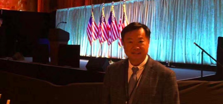 亦来云韩锋出席美国总统特朗普早餐会,并赠书