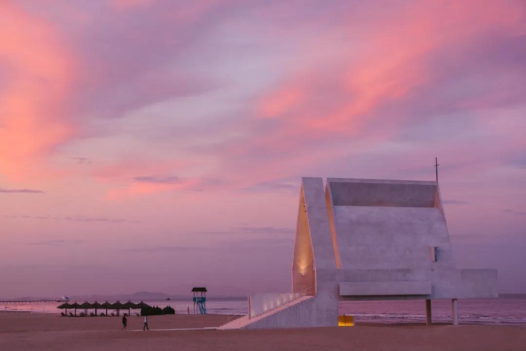 虚拟偶像D.M.组合空降首届阿那亚戏剧节 超燃舞台亮相粉红沙滩